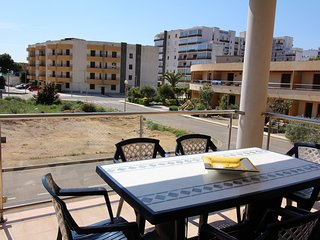 Cozy apartment a short walk away (131 m) from the 'Platja del Salatar' in Roses