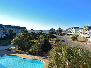 NEW LISTING! Cozy studio condo w/shared pool & hot tub-moments from town & beach