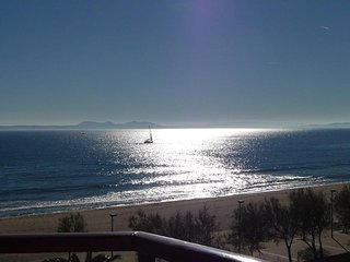 Cozy apartment a short walk away (56 m) from the 'Platja del Salatar' in Roses w