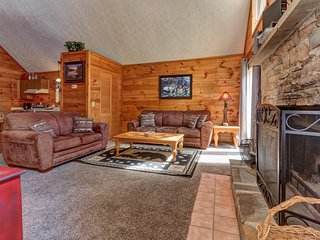 NEW LISTING! Dog-friendly cabin in Smoky Mountains w/private hot tub
