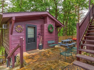 NEW LISTING! Quaint cabin w/ deck, fireplace & shared game room/screened porch