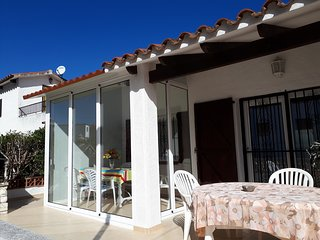 Cozy house a short walk away (210 m) from the 'Platja del Salatar' in Roses with