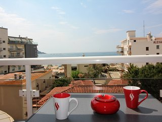 Cozy apartment a short walk away (119 m) from the 'Platja del Salatar' in Roses