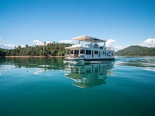 The Thoroughbred Houseboat on Shasta Lake