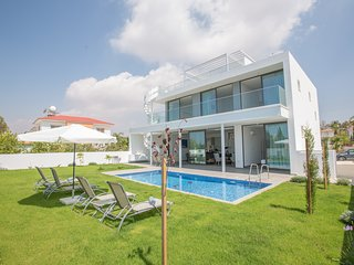 Nissi Pearl Villa No.1, 4 Bedroom villa with pool in the center