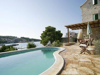 Sumartin Villa Sleeps 6 with Pool and WiFi - 5739254