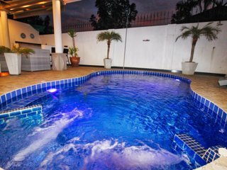 6 bedroom Luxus Private jacuzzi and Pool villa downtown!