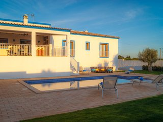 4 bedroom Villa with Pool and WiFi - 5718191