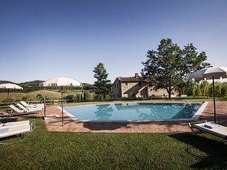Podere Sant'Albino private villa with pool and A/C. Walking distance to a town!