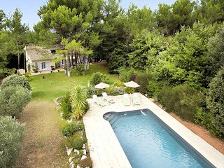 Holiday home in Maubec with heated pool, jacuzzi and large grounds