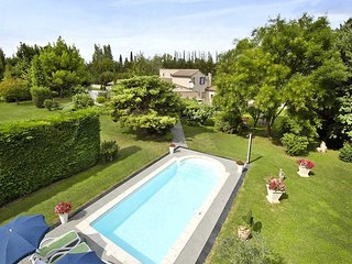 Provencal villa near Cavaillon, flowery well kept grounds, heated pool