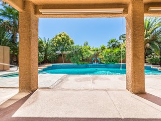 3 miles from LV Strip Beautiful Pool/Spa Home