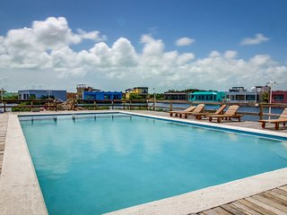 Well-located beachfront apartment w/ ocean view, shared pool, central AC & WiFi!