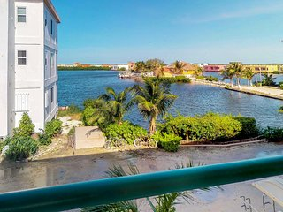 Lagoon-front condo with views & shared pool - walk to beaches and restaurants!