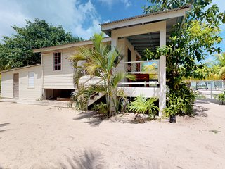 Cozy, waterfront cabin with ocean views - great location near the beach
