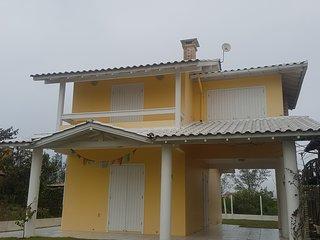 Casa linda perto da praia(50m) em rua calma