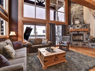 Natural H Sleeps 16  + 3 Bedrooms + Loft + 2 Baths + Private Hot Tub + 2 Parking