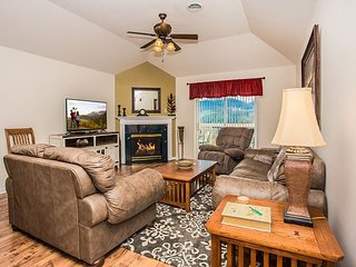 Updated 3 BR, Sleeps 8, Smokies View, Private Balcony, Downtown