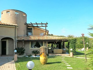 4 bedroom Villa with WiFi and Walk to Beach & Shops - 5650706