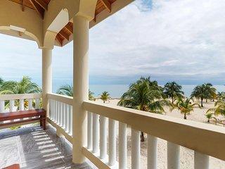 Cozy, oceanside studio w/ beautiful views - walk to shopping & dining!