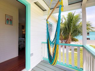 Colorful studio cabana w/essentials - walk to the beach