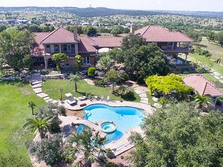 Deluxe vacation home overlooking golf course with pool/spa, dog-friendly!