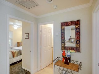 Beautiful condo with a deck/patio & shared pool - walk to beaches, Duval & more!