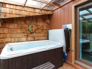 Dog-friendly, mid-century home w/hot tub close to beach!