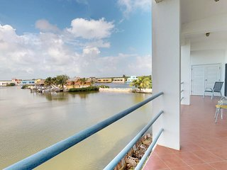 Water-front condo w/ocean views, shared pool - close to the beach!