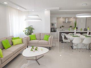 Deluxe 160 sq.m. sea view apartment in Puerto Marina