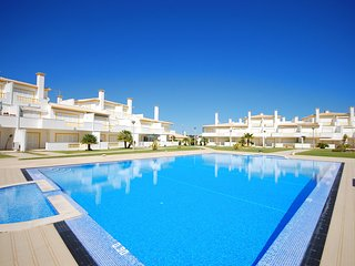 O MONTE-L Marvellous duplex top floor apartment w/ pool, garden,AC,Wi-Fi, tennis