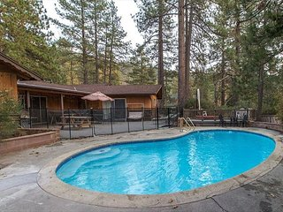Timberwolf walk to town, pool and spa! Amazing views. Escape from it all