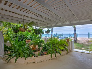 AAA Tantalus Beach Level Luxury 3 bedroom, beachfront main floor suite
