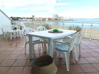 Apartamento con grande terraza y vistas al mar