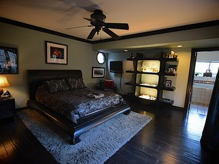 GOTHIC MASTER BEDROOM WITH JACUZZI BATH - WALK TO UNIVERSAL STUDIOS HARRY POTTER