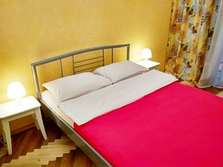 Poshtova sq 2 room apartment in the hear of Podil, 3 min to metro, Wi-Fi