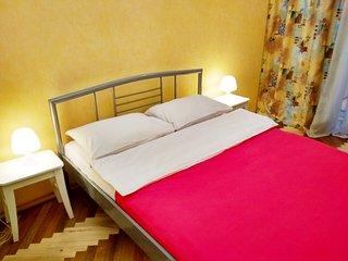 Poshtova sq 2 room apartment in the hear of Podil, 3 min to metro, Wi-Fi