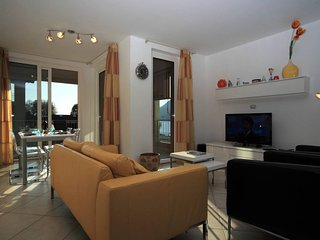 Contemporary 2 bed apartment with pool and jacuzzi