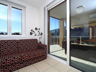 Lake Maggiore apartment. Walk to beach. Pool. Jacuzzi. WIFI