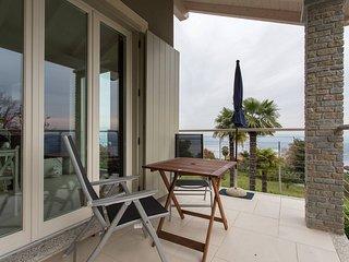 Contemporary 3 bed Italian Lakes villa. Lake views. WIFI. BBQ.