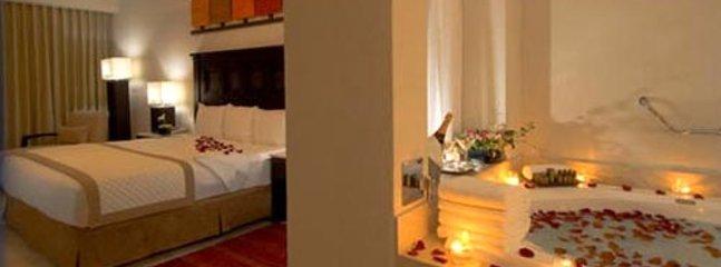lit king avec baignoire en contrebas dans la suite principale