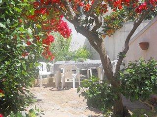 Un giardino fiorito a due passi dalla spiaggia