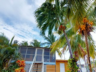 Breezy renovated cabana with easy beach access & great location right in town!