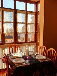 Salón exterior muy soleado con grandes ventanales