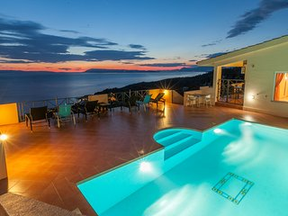 Four Star Apartment, Stunning views of Resort Sea and Islands, with Private pool