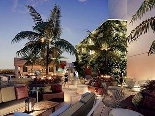 Luxury 2BR, trolly to beach +skyline views