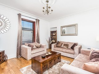 BEAUTIFUL CENTRAL BROUGHTY FERRY MODERN PROPERTY. CLOSE TO BARS, RESTAURANTS,