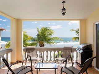 Villas Iguana A-16: Beachfront Condo!