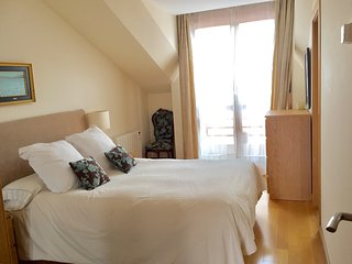 Dormitorio luminoso con ventana a un silencioso patio de manzana. Cama de 135x200