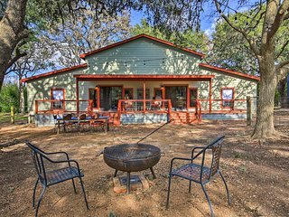 NEW! Charming 'Villa Cardinale Cabin' in Helotes!